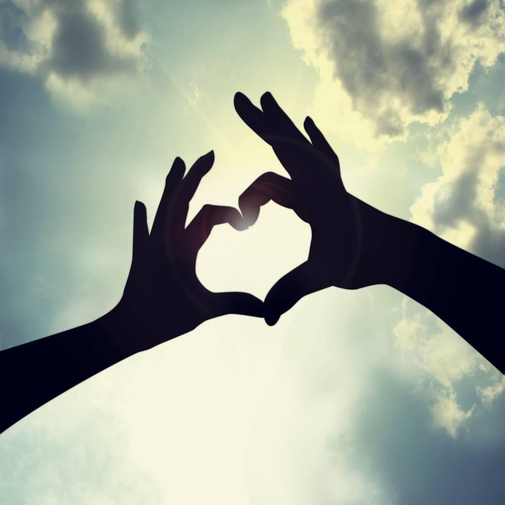 Как сделать фото с сердцем из рук